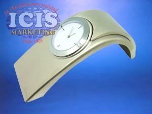 Reloj de escritorio metálico